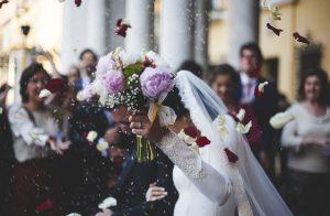 ブーケを持った花嫁の画像