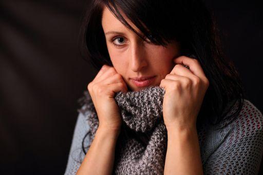 スカーフをまいた女性の画像