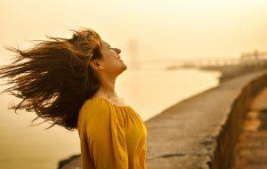 風に当たる女性