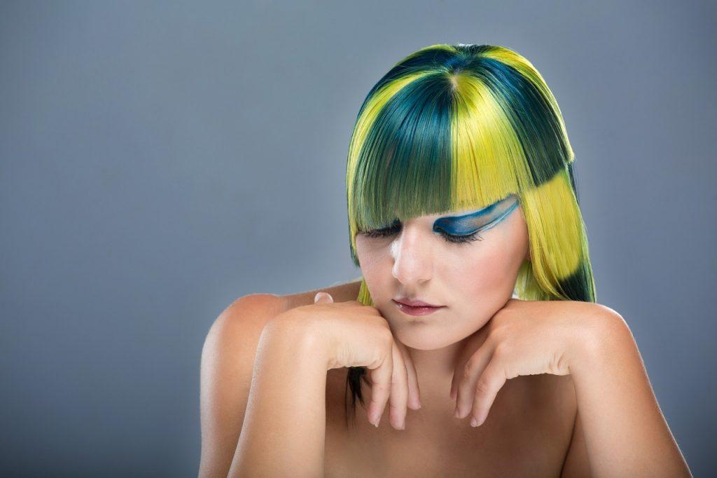 カラフルな髪の色の女性