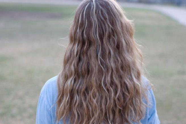 金髪の女性の後ろ姿