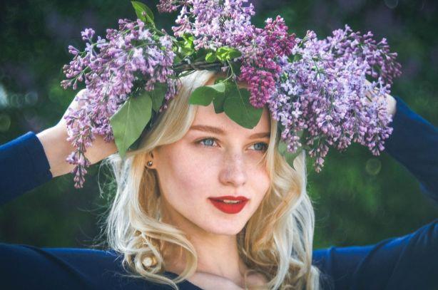 花冠をした女性の画像