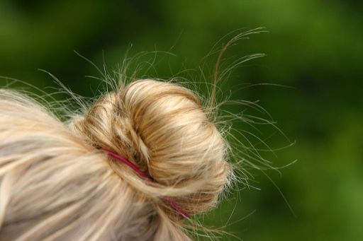 金色の髪の毛をお団子ヘア