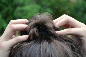 結んだ髪の毛をさわっている様子