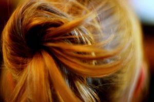 髪の毛を結んでいる後頭部