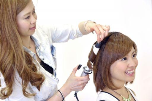 楽しそうにしゃべる美容師と顧客