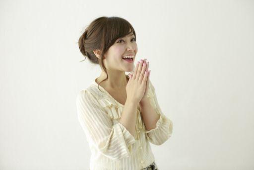 喜び手を組む女性