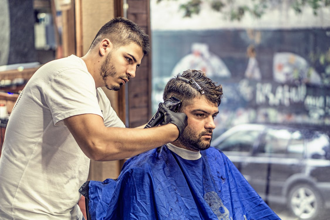 男性の髪を刈り上げる