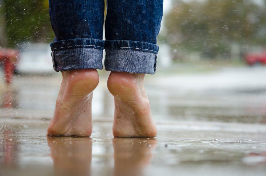 雨の日に裸足で外にいる