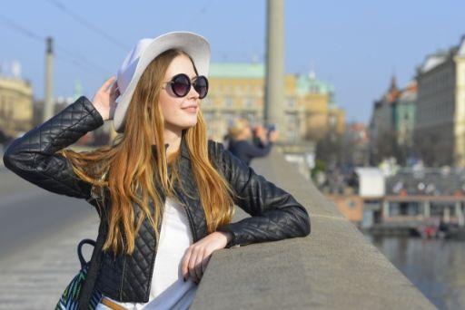 女性と帽子