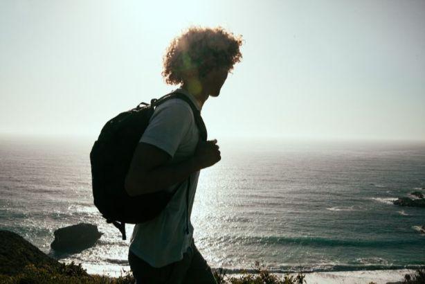 海辺を歩く旅人