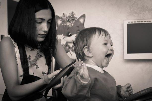 母親が子供の髪を切る
