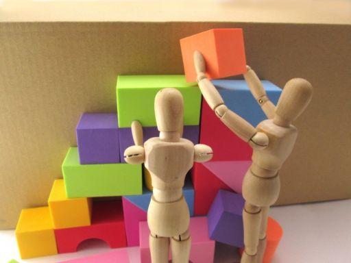 ブロックを運ぶ人形