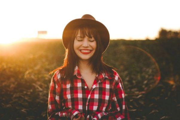 夕日をバックに微笑む女性