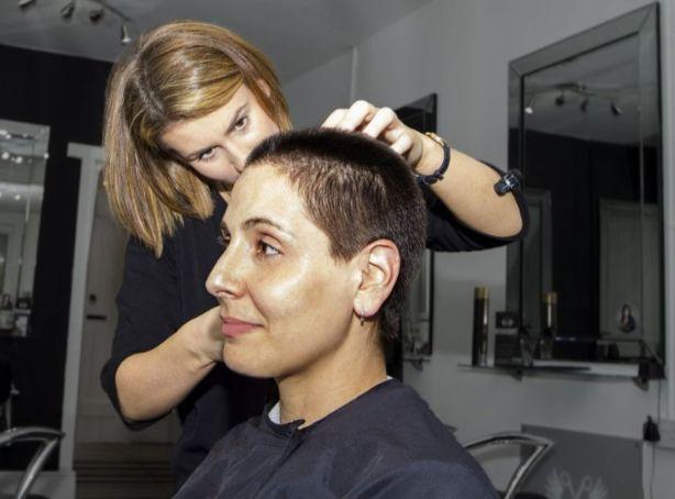 真剣にカットする美容師