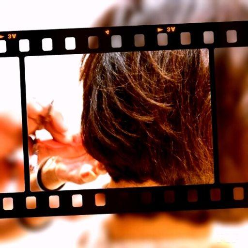散髪中のショートカットの女性