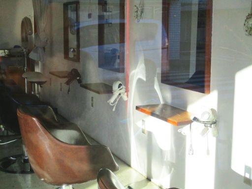 ガラス張りの美容院