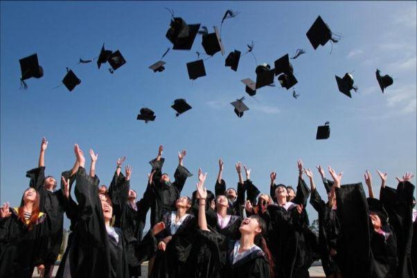 卒業時に帽子を投げる