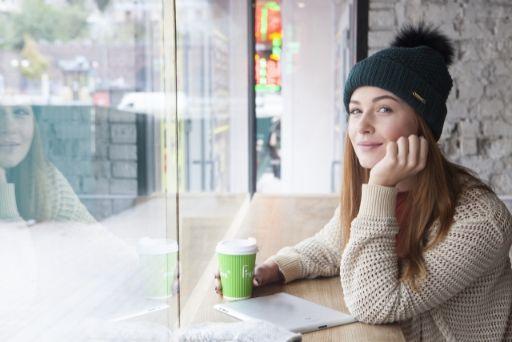 カフェで休む女性