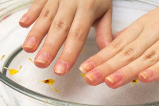 臭い 爪 の 足 親指