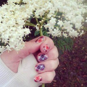 花を握る手