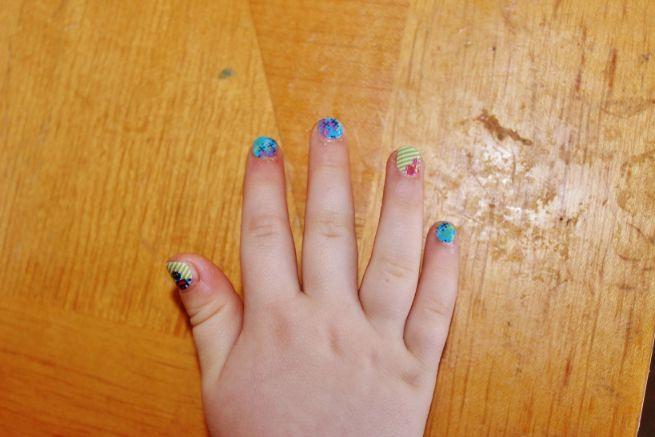 ネイルしている子供の爪