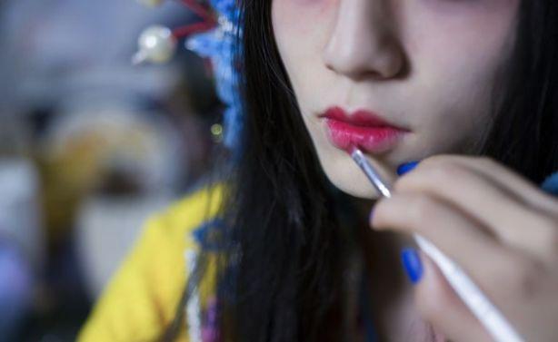 リップを塗られる女性