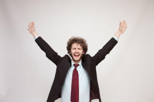 手を上げて喜ぶ男性