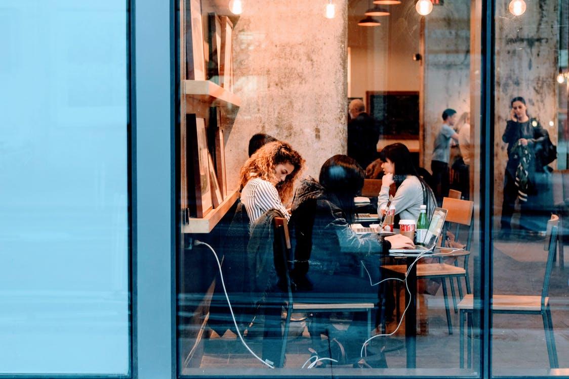 カフェに集う女性