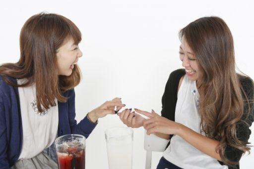 楽しく会話している女性たち