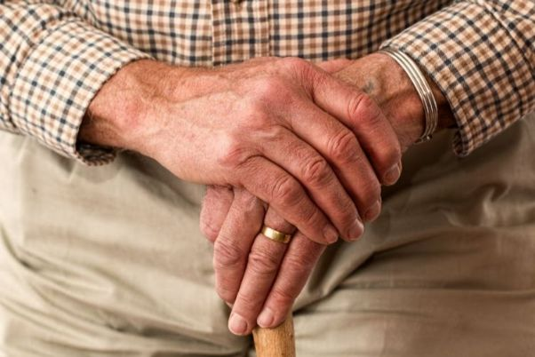 杖をつく老人男性