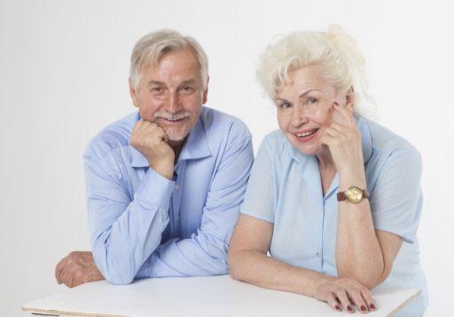 仲がいいおじいさんとおばあさんの画像
