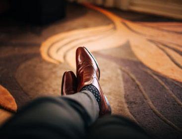 イスに座ってリラックスする男性の足