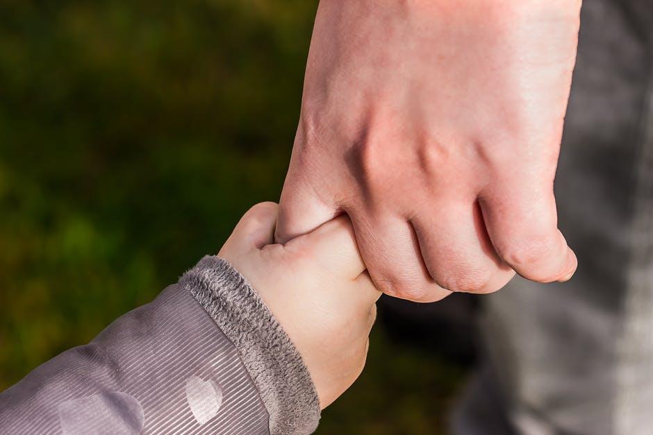 子どもと大人の手