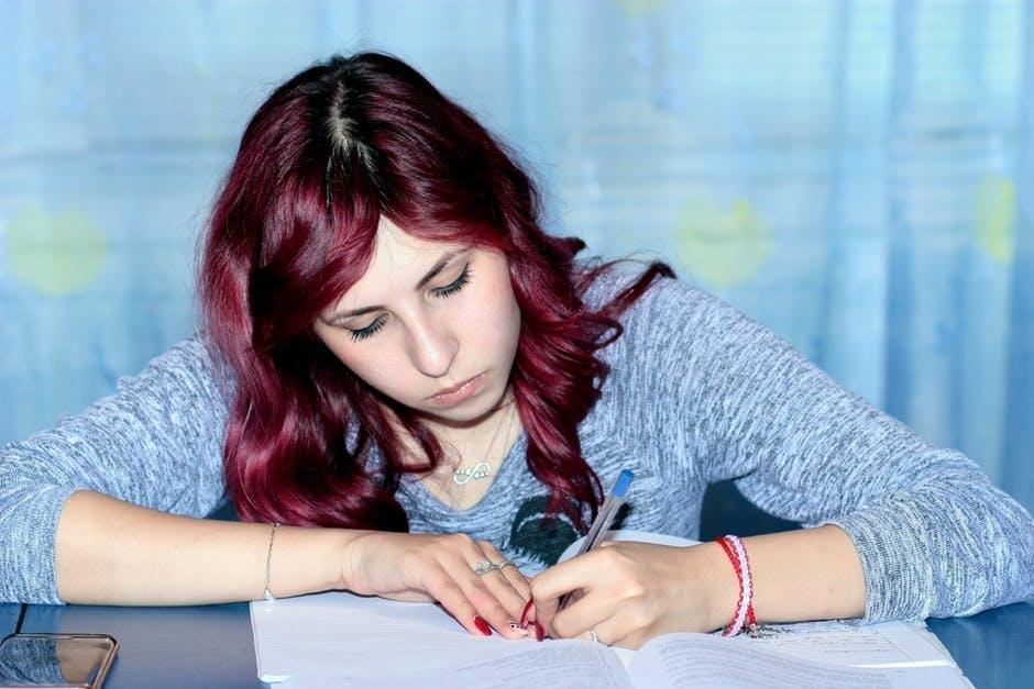 勉強する赤髪少女