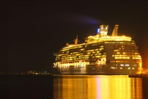 夜の豪華客船