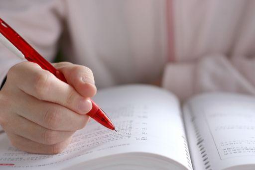 ペンと本の画像