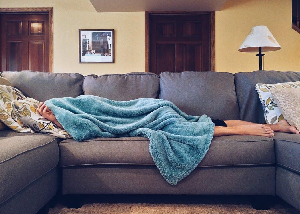 ソファーで毛布に包まれる