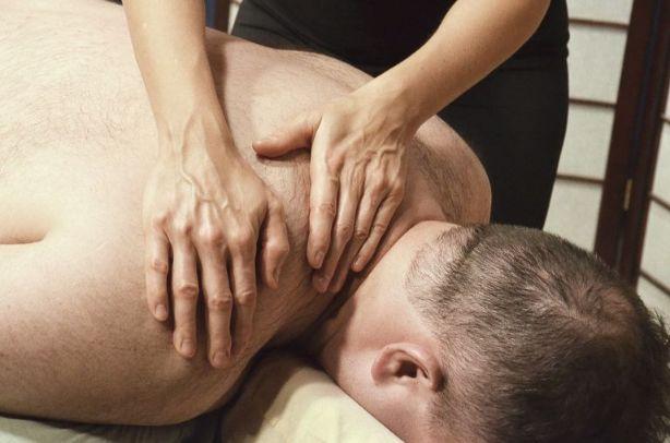 男性に施術するセラピスト