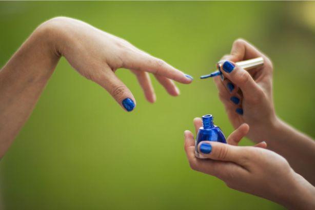 青いネイルを塗るイメージ