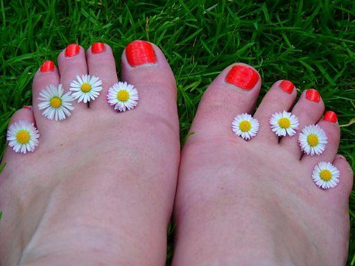 ネイルされた足の指