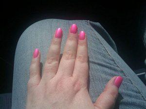 明るいピンクのネイル