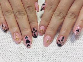 ピンクベースのハーネスネイル