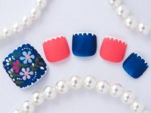 青ベースの刺繍ネイル