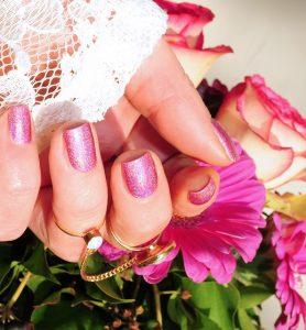 ピンクの花とネイル