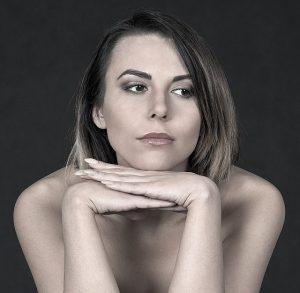 横を見る女性