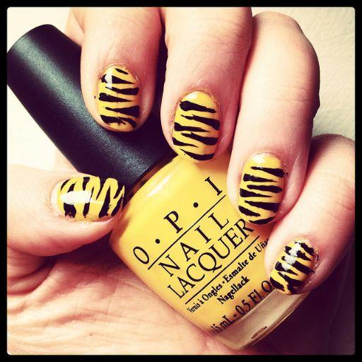 黄色のトラ柄ネイル