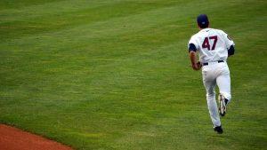 グラウンドにいる野球選手のうしろ姿