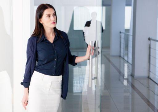 ドアを開けて待っている女性