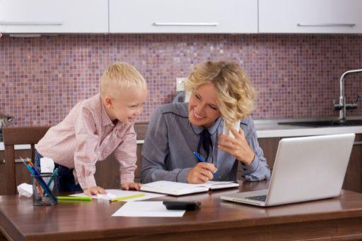 少年と仕事を両立している母